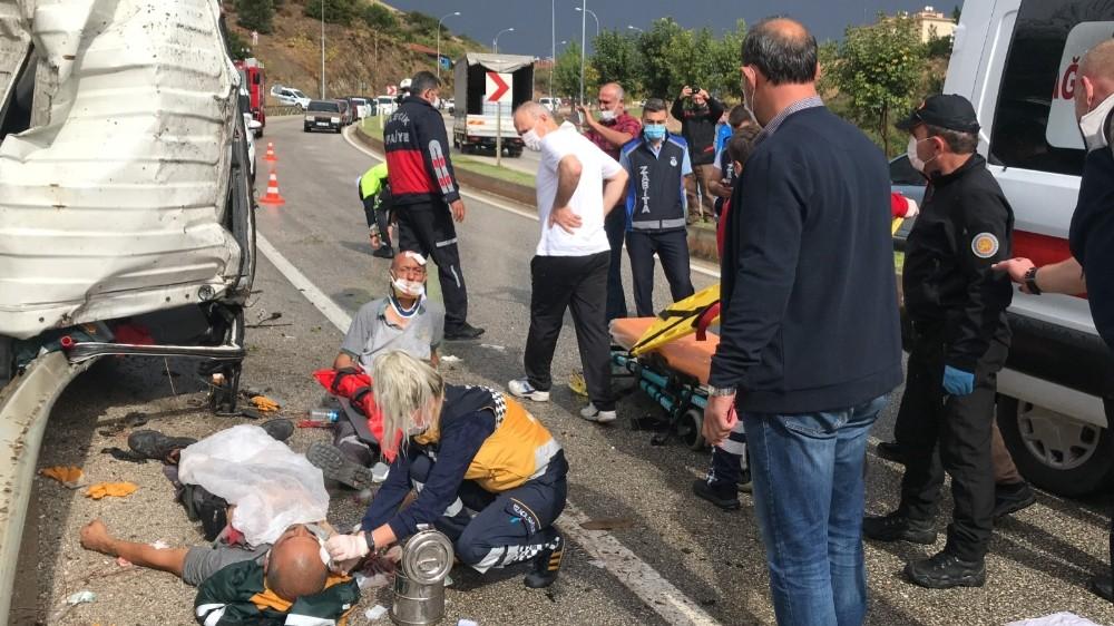 Bilecik'te çöp kamyonu devrildi: 3 yaralı