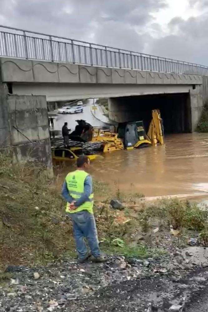 Sağanak yağış nedeniyle aracıyla mahsur kaldı - - İstanbul Haberleri