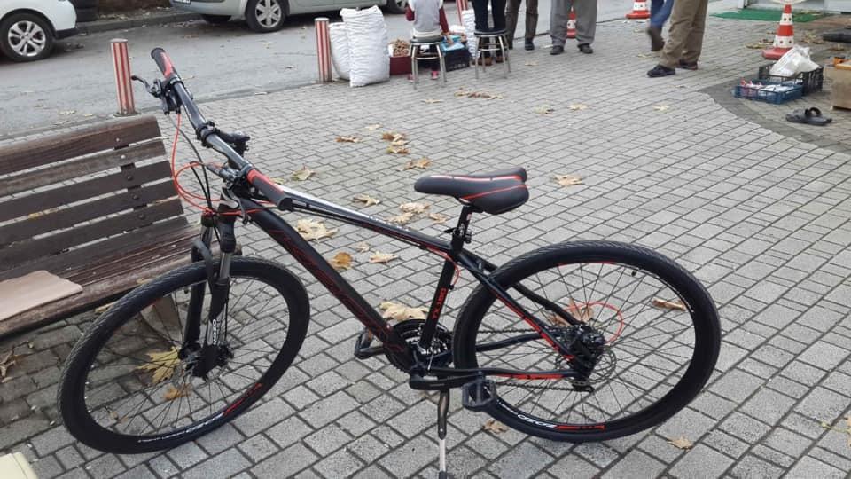 Yok artık...Kilidini kıramadıkları bisikletten geriye sadece tekeri kaldı