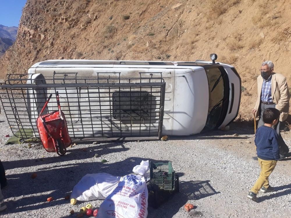 Minibüs yoldan çıktı: 5 yaralı