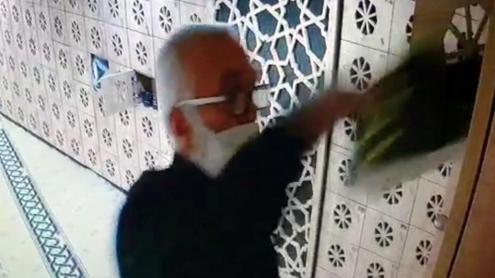 ÖZEL Camiden ayakkabı çalan hırsız kamerada