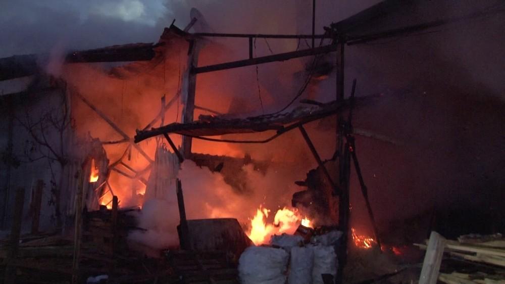 Çekmeköy'de bin metrekarelik kereste atölyesi alev alev yandı