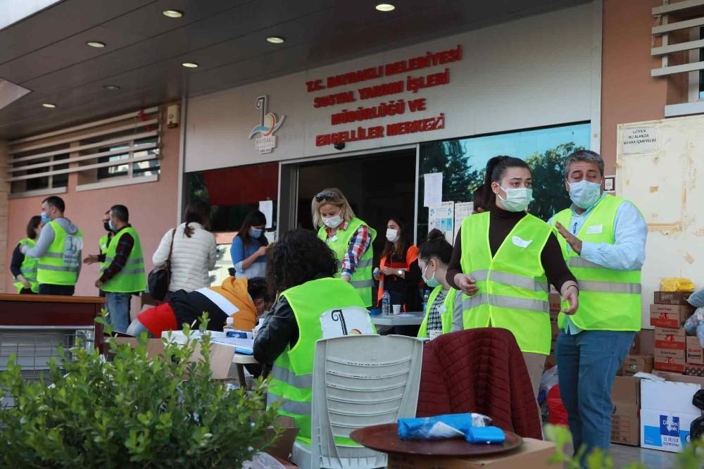 Bayraklı'nın gönüllü ordusu gece gündüz çalışıyor