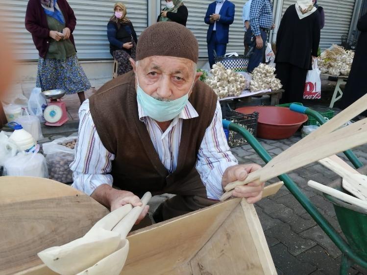 88 yaşında tahtadan yaptığı kaşıkları satarak ailesini geçindiriyor