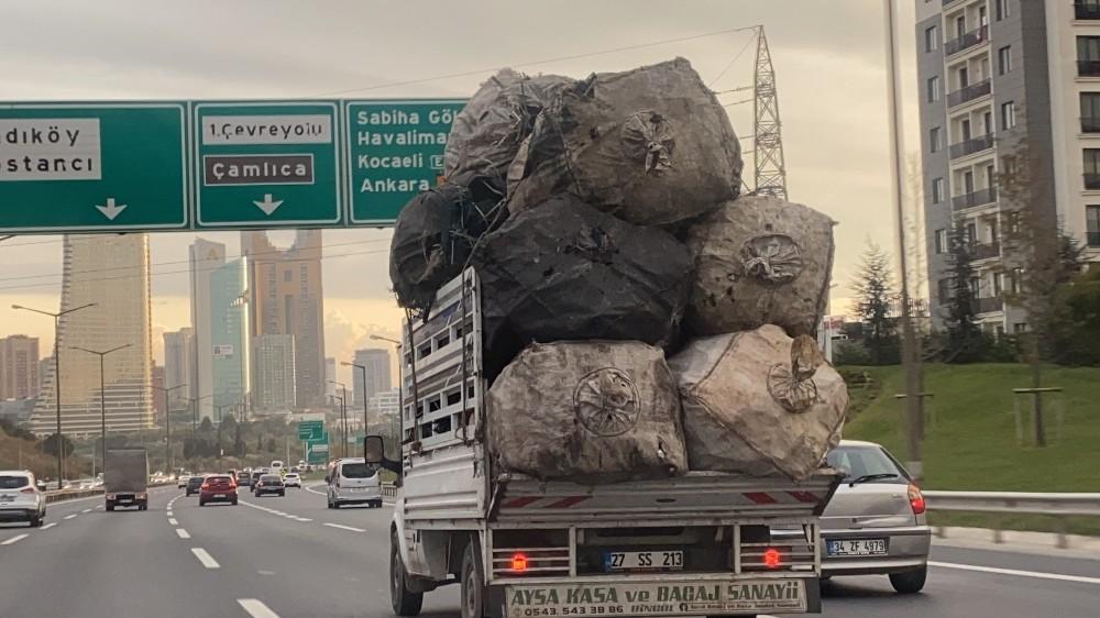 Özel Çuval yüklü kamyonet TEM'de tehlike saçtı