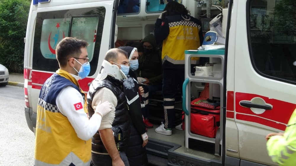 Sancaktepe'de ticari taksi kamyonete çarptı: 2 yaralı