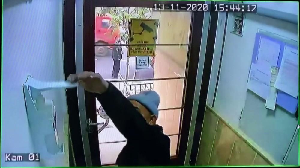 Özel Sebze satıcısı sipariş getirdiği adreste ellerine sıktığı dezenfektanı alarak gitti