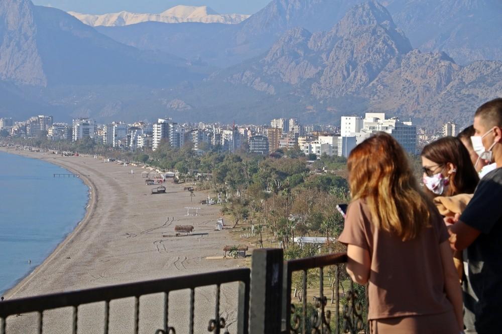 Antalya'da kısıtlamanın bitimiyle vatandaşların ilk adresi sahil oldu