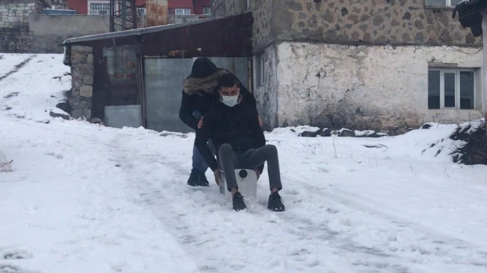 Kars'ta kartopu oynadılar, bidona binerek kaydılar
