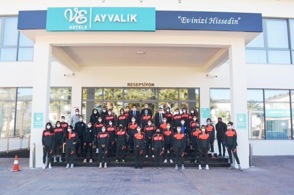 Yüksekova Belediyespor Kadın Futbol Takımı, Ayvalık'ta kampa girdi