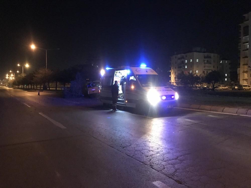 Yoldan çıkan ticari taksi ağaçlara çarparak durabildi: 1 yaralı