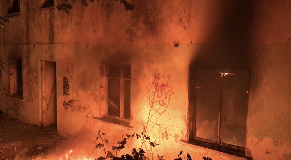 Kuşadası'nda metruk bina yangını korkuttu