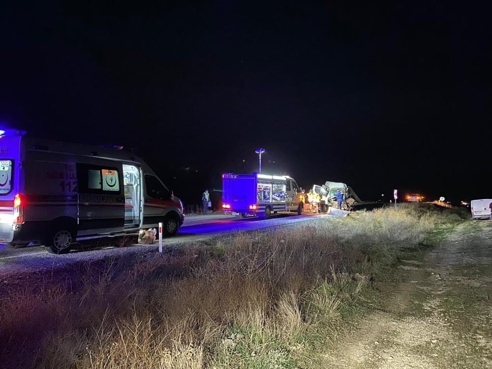 Afyonkarahisar'da yolcu otobüsü ile kamyonet çarpıştı: Yaralılar var