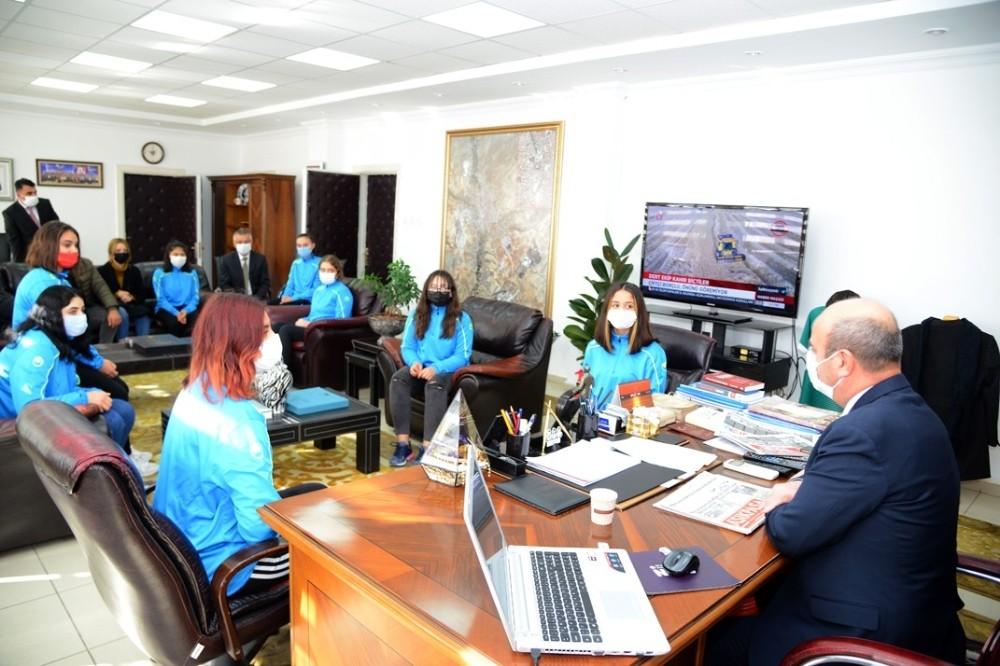 2. lige yükselen kadın hentbol takımı Başkan Ekicioğlu'nu ziyaret etti
