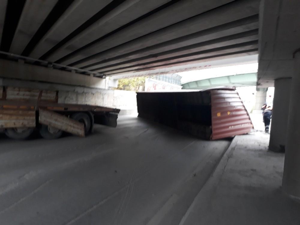 Marmaray köprüsüne çarpan tırın dorsesi yan yattı