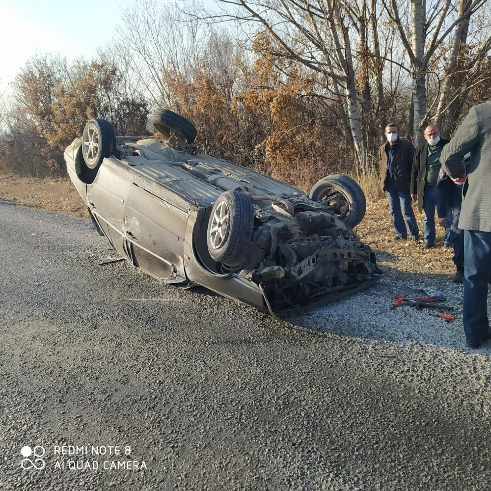 Bölünmüş yolda karşı şeride geçen otomobil takla attı: 3 yaralı