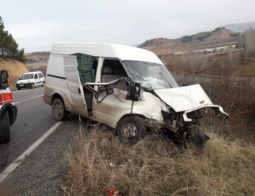 Çal'da iki ticari araç kafa kafaya çarpıştı: 1'i ağır 2 yaralı