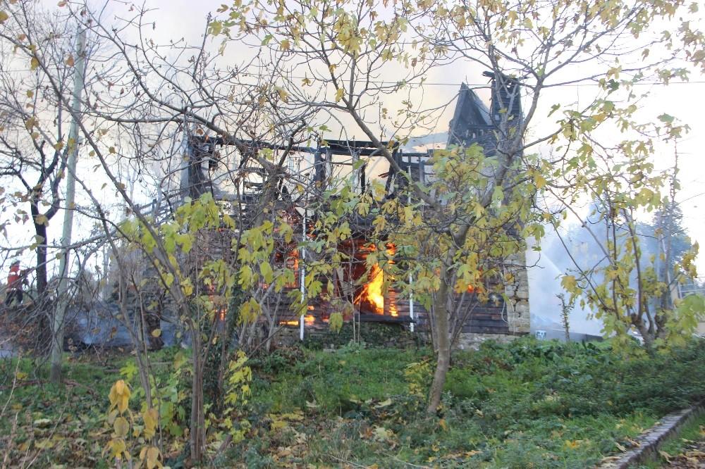 Kastamonu'da 2 katlı ahşap ev yanarak kullanılamaz hale geldi