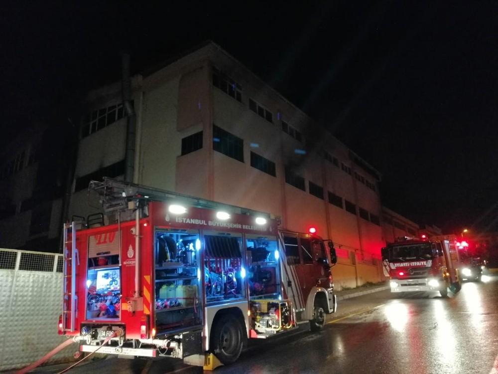 Sultanbeyli'de 3 katlı fabrikada gece yarısı korkutan yangın