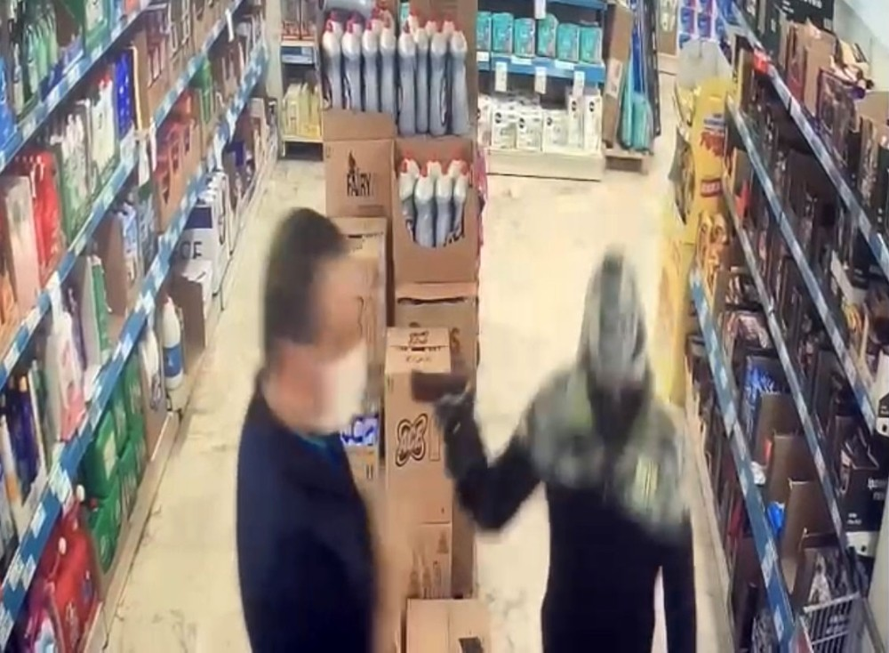 Özel İstanbul'da market çalışanının dehşeti yaşadığı soygun girişimi kamerada