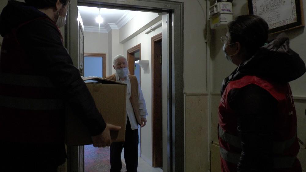 Sultanbeyli'de ihtiyaç sahibi yaşlılara yardım kolileri dağıtıldı