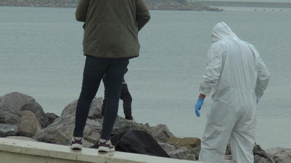Pendik'te sahilde denizden erkek cesedi çıkartıldı