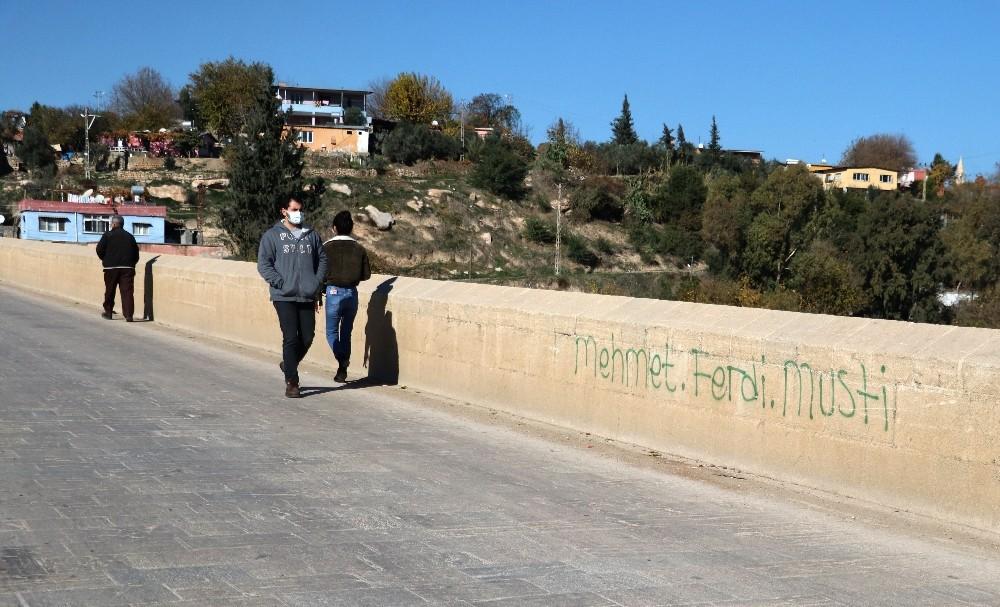 Tarihi köprüye sprey boya ile yazı yazdılar