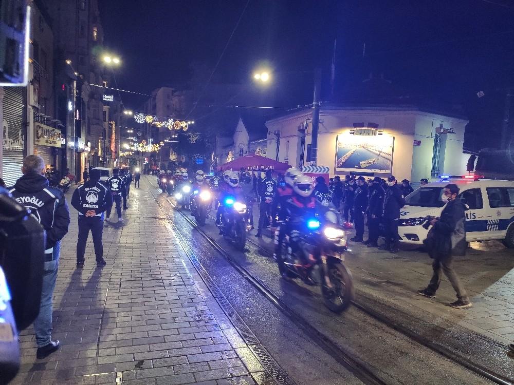80 saatlik kısıtlama başladı: Taksim ve İstiklal Caddesi kapatıldı