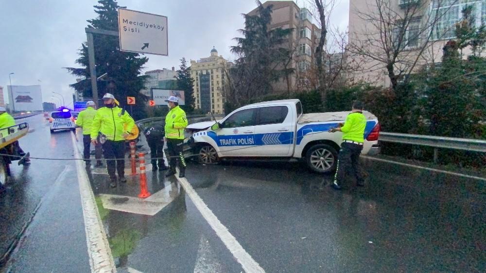 E-5 karayolunda polis aracı bariyerlere ok gibi saplandı: 2 yaralı