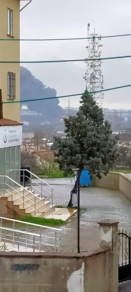 Tuzla'da fabrika bahçesinde yangın çıktı. Olay yerine çok sayıda itfaiye ekibi sevk edildi.