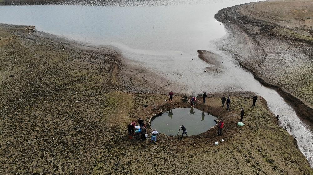 Özel Kuruyan Ömerli Barajı'nda mahsur kalan yavru balıkları kurtarma operasyonu havadan görüntülendi