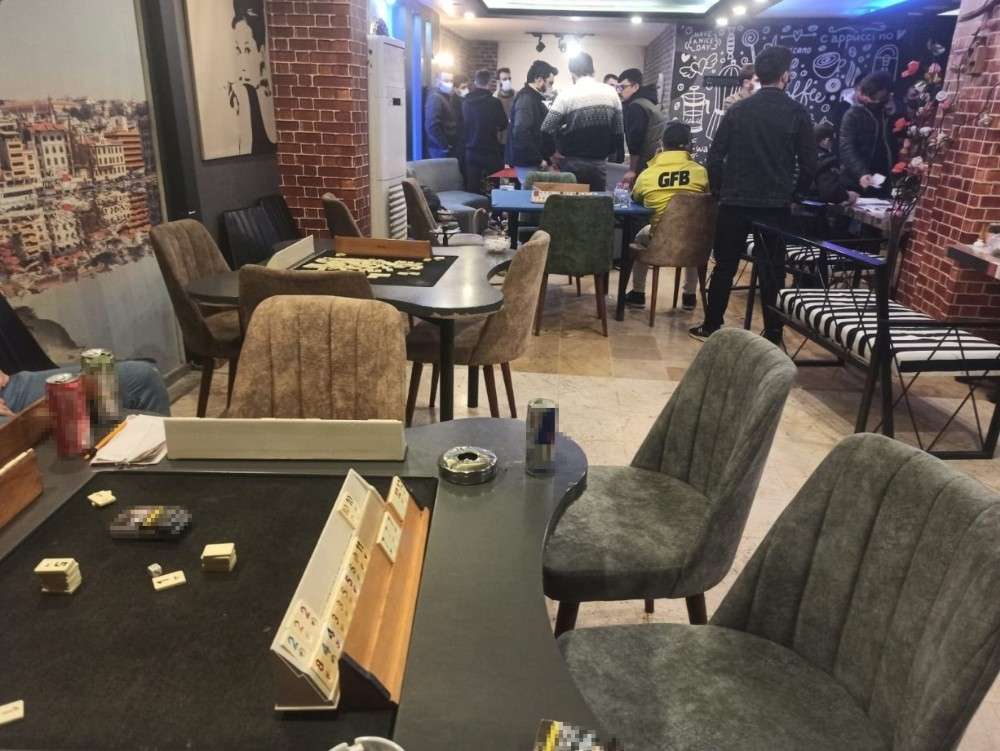 Sultangazi'de ruhsatsız kafede iskambil oyunu oynayan 16 kişiye 50 bin lira ceza