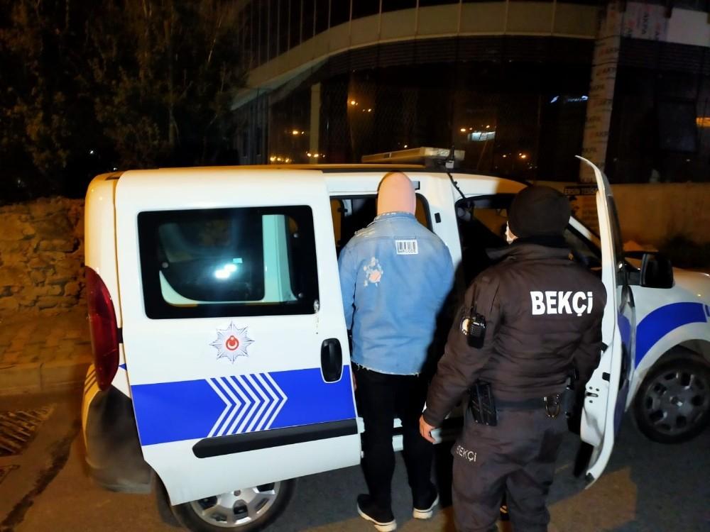 Sokağa çıkma kısıtlamasında polisten kaçan 3 kişi kaza yapınca yakalandı