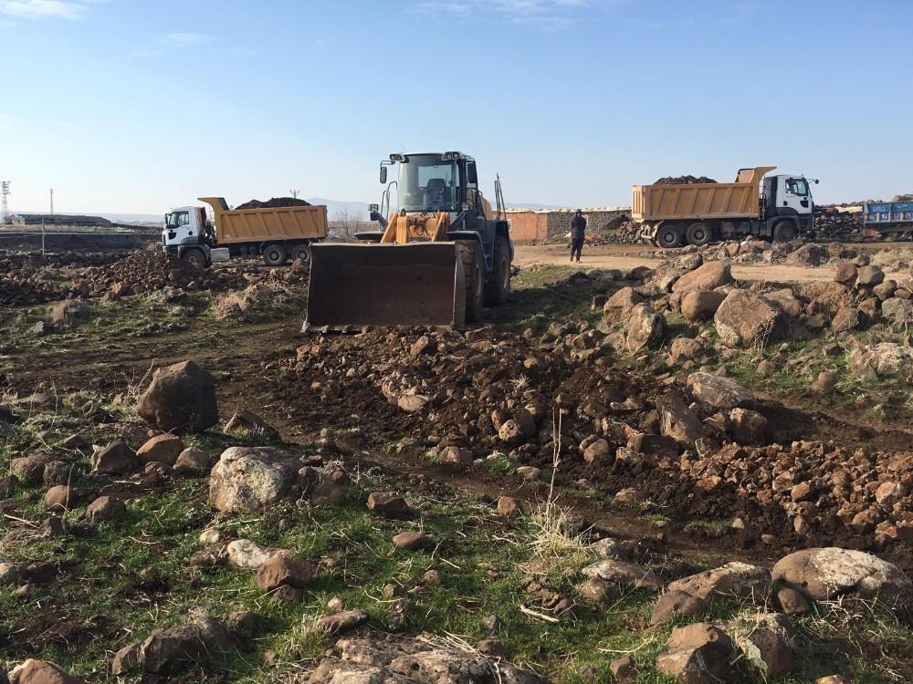 Ergani Belediyesi kırsal mahalle yollarını kilitli parke taşı ile döşüyor