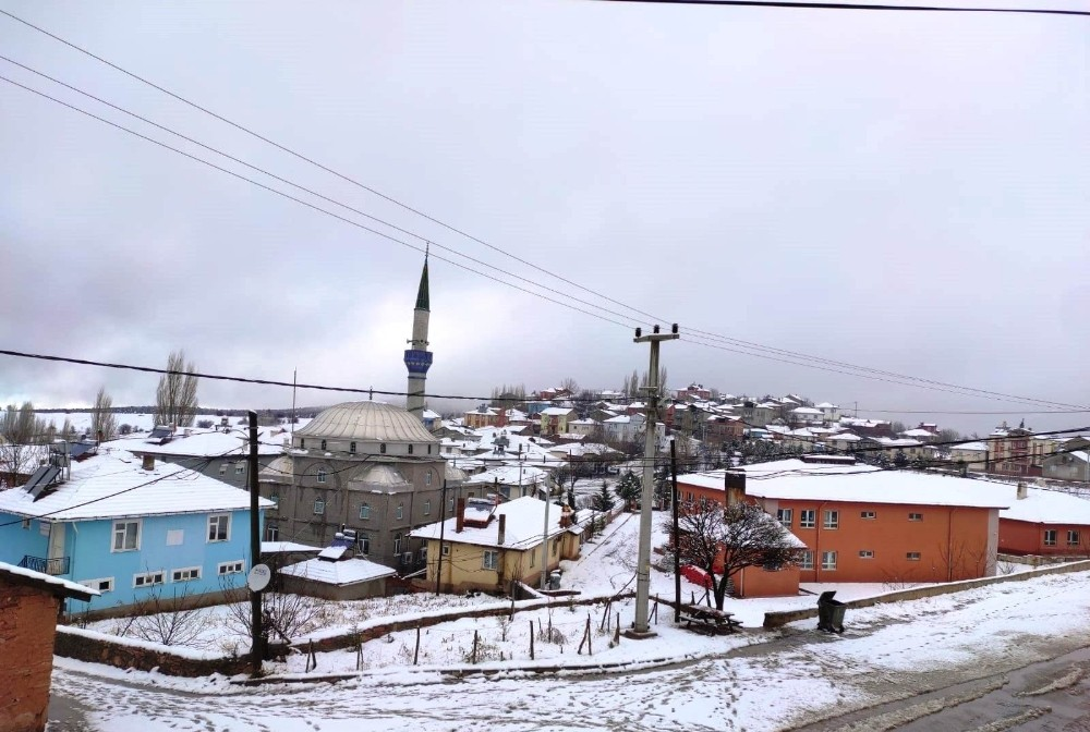 Köye yağan 5 santimetre kar sevindirdi