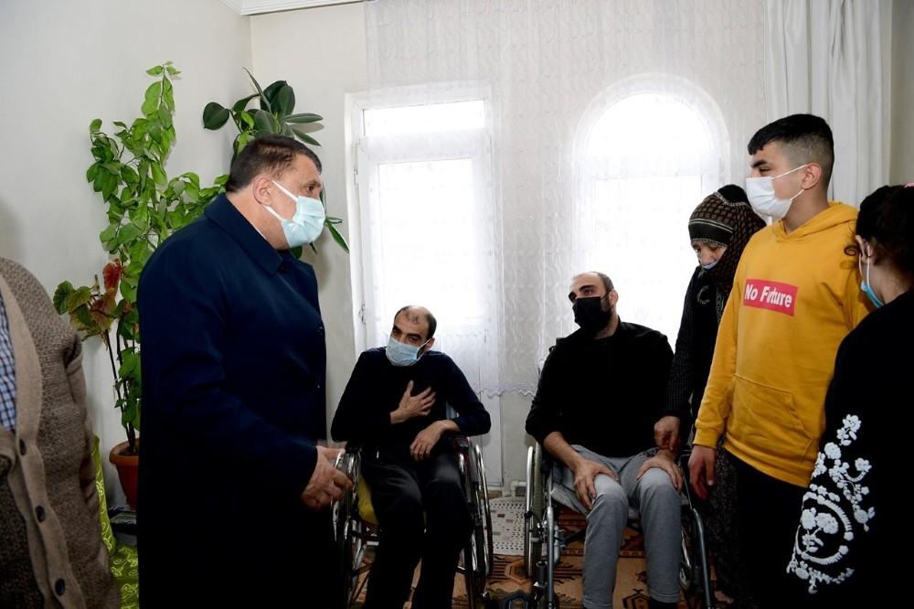 İhtiyaç sahibi engellilere tablet ve gıda paketi