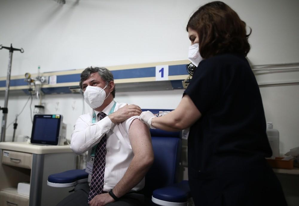 Bursa'da sağlık çalışanlarına aşılama çalışması başlatıldı, ilk aşı başhekime