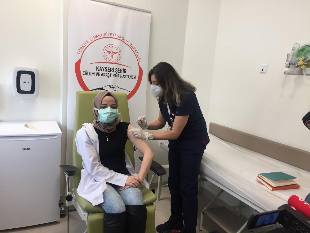 Sağlık çalışanlarına Kayseri'de de Covid-19 aşıları vurulmaya başlandı
