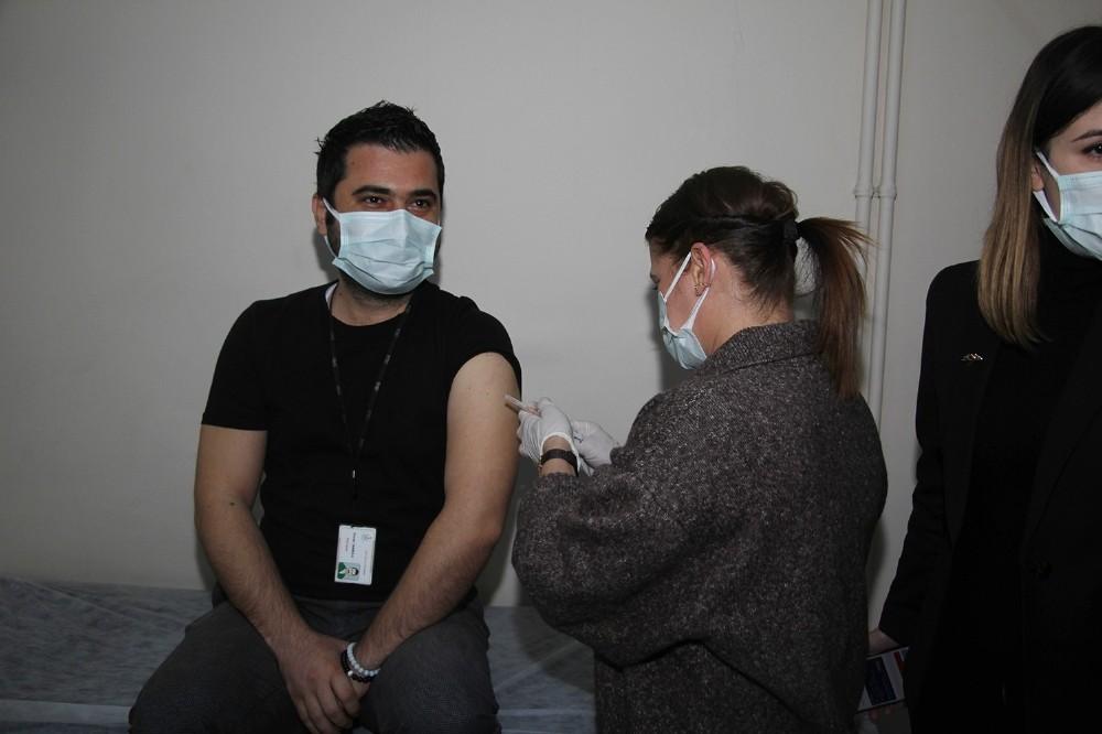 Kula Devlet Hastanesi'nde ilk aşılama başladı
