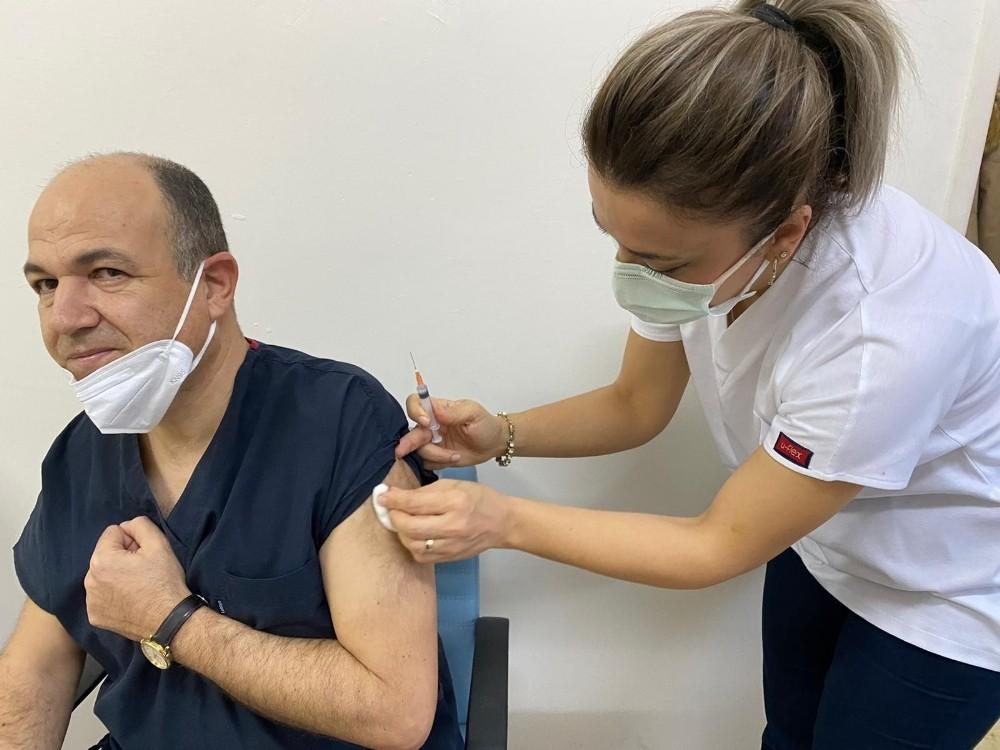 Akhisar'da sağlık personelinin aşılanması başladı