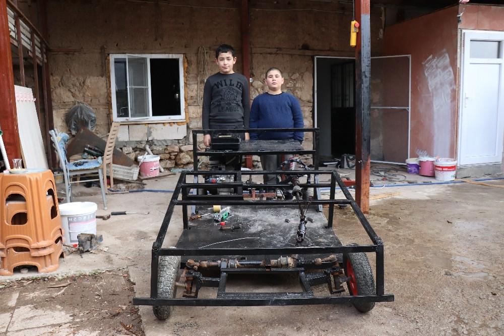 Diziden esinlenen iki kuzen, hurdacıdan topladıkları malzemelerle kendi araçlarını yaptı