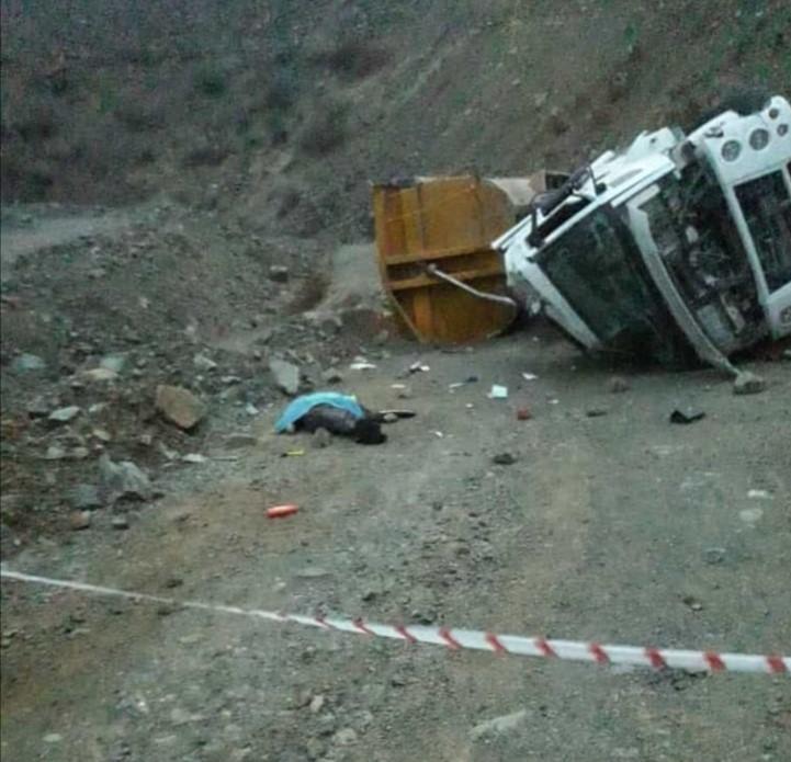 Şarampole devrilen tırın sürücüsü hayatını kaybetti