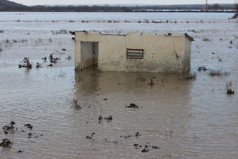 Ergene'de debi arttı, tarım arazileri sular altında kaldı
