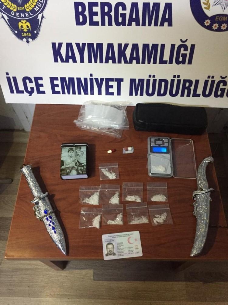 Bergama'da bir kişinin üst aramasında ve evinde uyuşturucu maddeler ele geçirildi