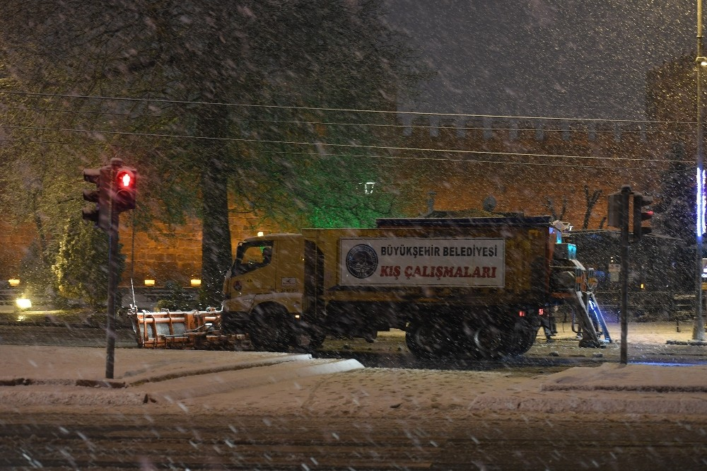 Büyükşehir, 16 ilçede gece boyu karla mücadele etti