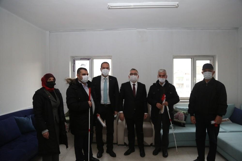 Niğde'de Vali ve Başkan, Görme Engelliler Derneğini ziyaret etti