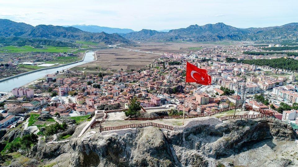 Fırtına Osmancık kalesi'ndeki Türk bayrağına zarar verdi