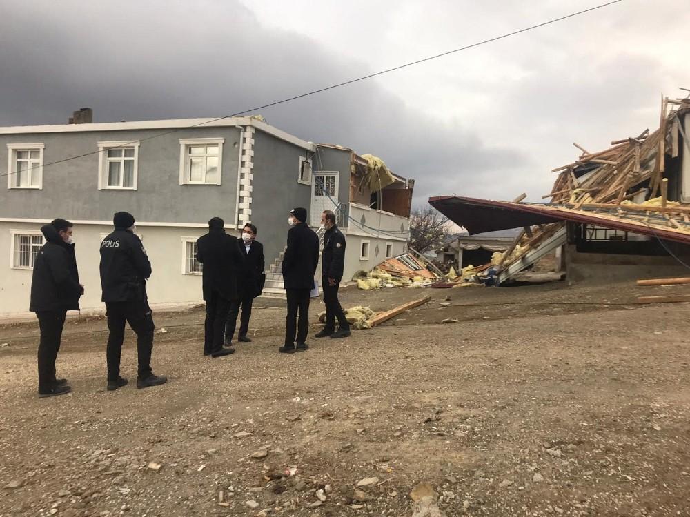 Fırtınanın uçurduğu çatılardan kaçan insanların panik anları güvenlik kamerasına yansıdı