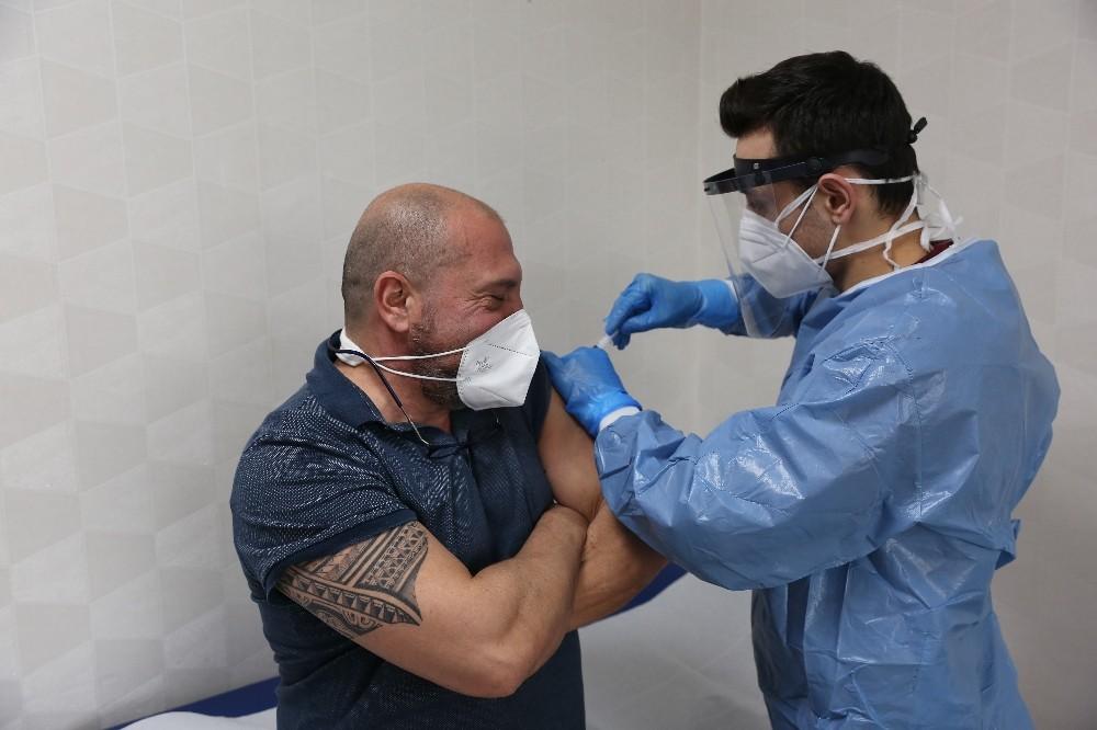 Özel Denizli Cerrahi Hastanesi'nde ilk Covid aşıları uygulandı