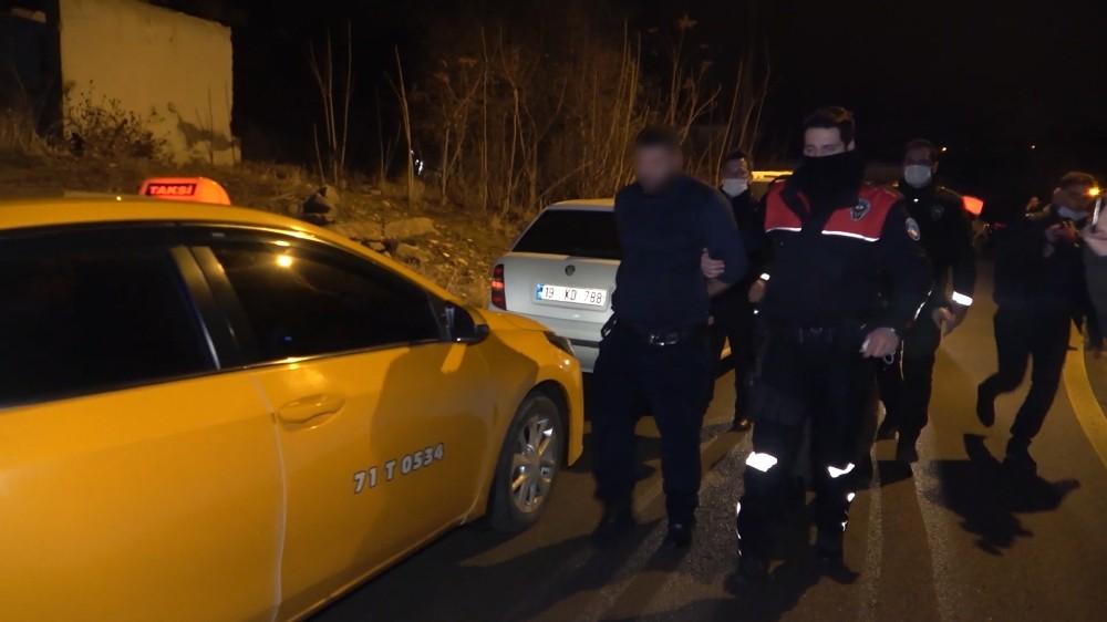 Polisin 'dur' ihtarına uymayıp ters yöne girdi, 4 yaşındaki kızının canını tehlikeye soktu: Araziye attığı poşetten 2 kilogram uyuşturucu çıktı